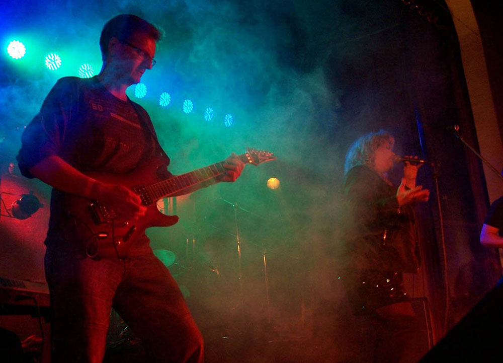 BAD SISTER live on Stage with singer Suzie Lohmar